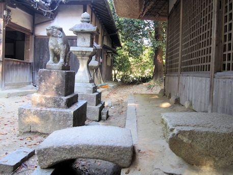 夜都伎神社拝殿前の石