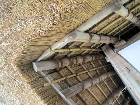 夜都伎神社の藁葺