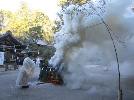 お火焚祭の煙