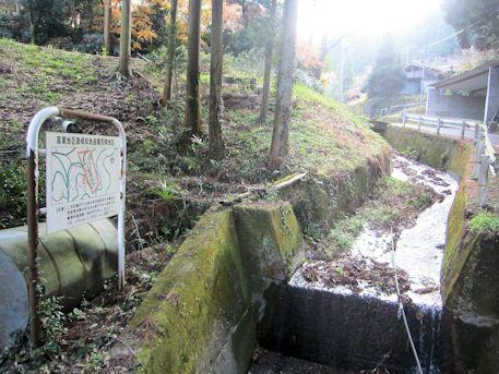 高家を流れる川