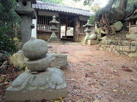 高家春日神社の石灯籠