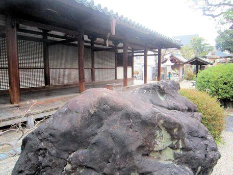 十輪院の巨石