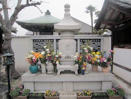 十輪院の永代供養墓「やすらぎの塔」