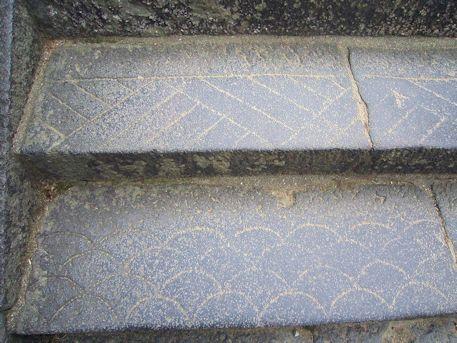 東大寺二月堂階段の線刻模様