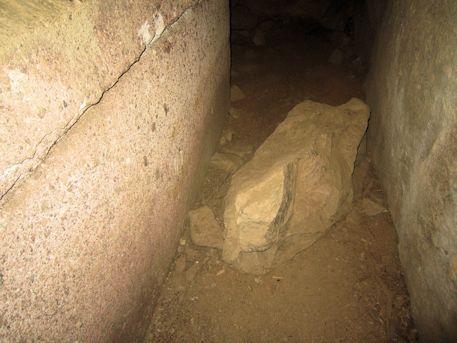 家形石棺横の石