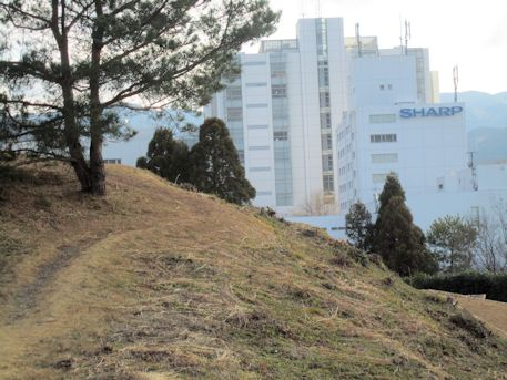 赤土山古墳墳丘とシャープ