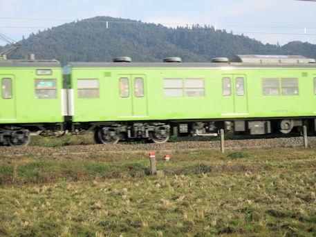 三輪山とJR列車