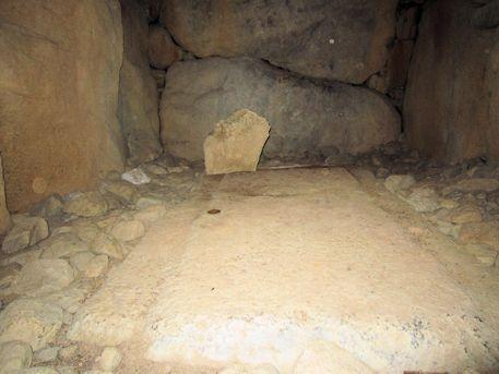 越塚古墳の石棺床石と奥壁