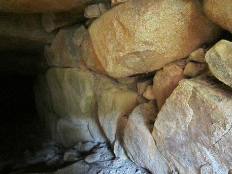 越塚古墳羨道の石