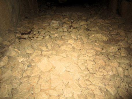越塚古墳玄室の小礫