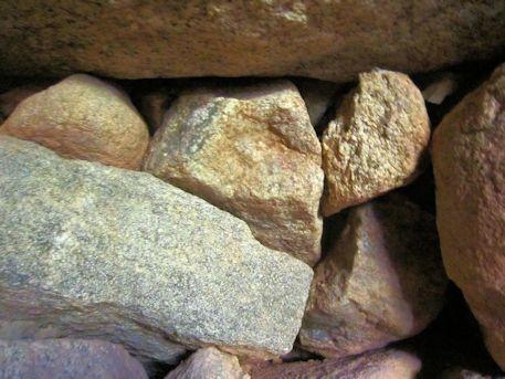 珠城山1号墳石室の小さい石