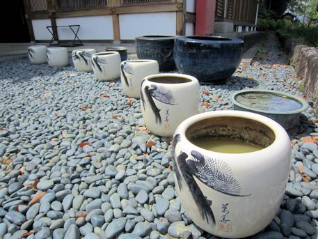 橘寺往生院前の壺