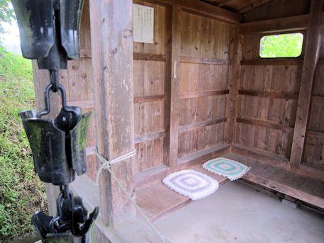 弥勒石の休憩小屋