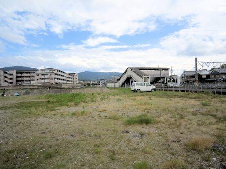 JR三輪駅と発掘調査現場