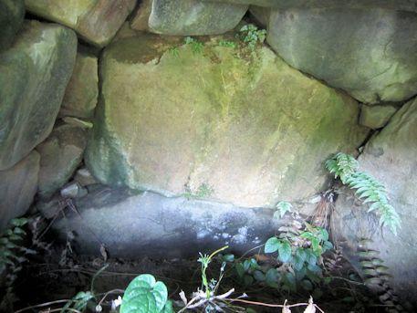 狛大石古墳の玄室奥壁
