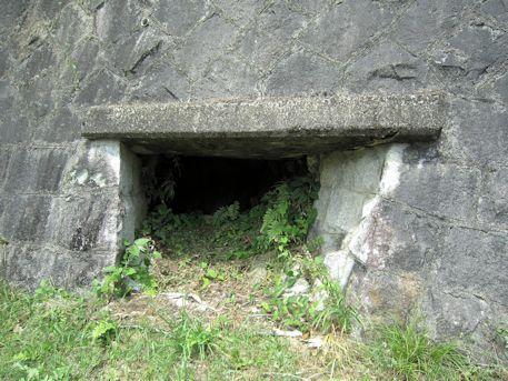 狛大石古墳の開口部
