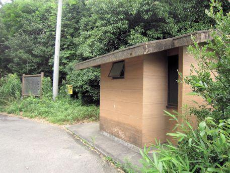 鳥居脇の公衆トイレ