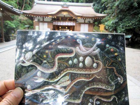狭井神社拝殿と『蛇の神様と卵』