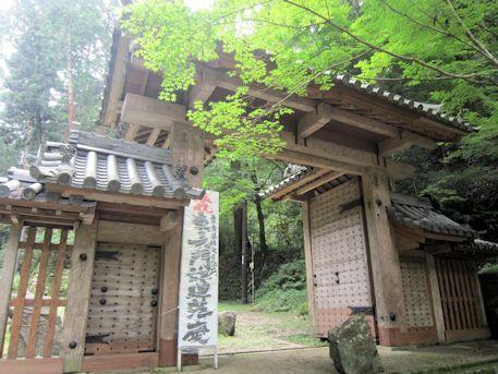 新緑と談山神社東大門