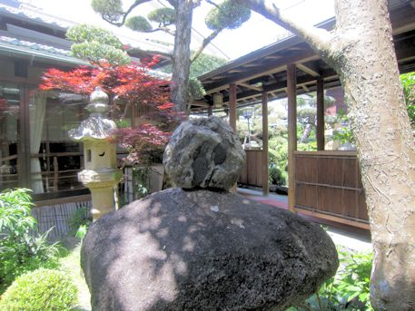 中庭の石燈籠