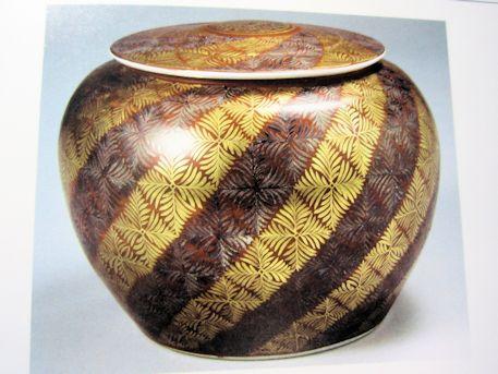 磁器 赤地金銀彩り羊歯模様 蓋付飾壺