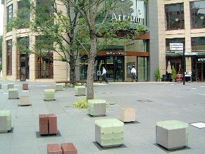 赤坂ビズタワーアトリウム前のベンチ
