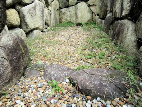 八釣マキト1号墳の敷石