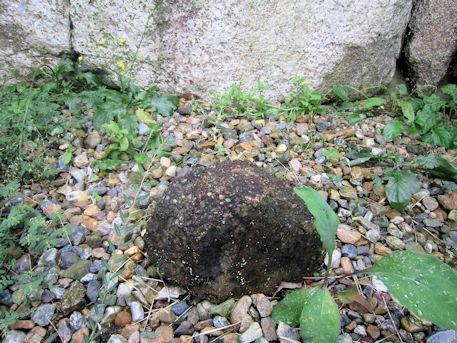 八釣マキト1号墳玄室の小石