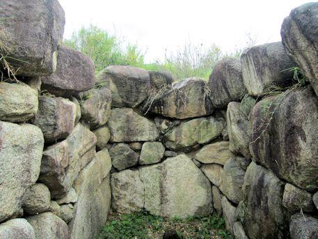 八釣マキト1号墳の奥壁
