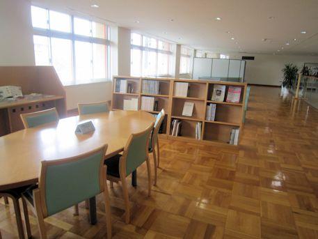 天理参考館の2階図書コーナー
