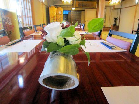 竹筒の卓上装花