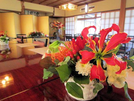 卓上装花のグロリオサ