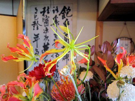 会場装花のグロリオサ