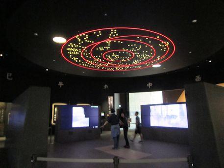 キトラ古墳天文図と高精細映像スクリーン