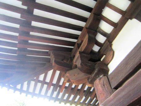 興福寺三重塔の軒下