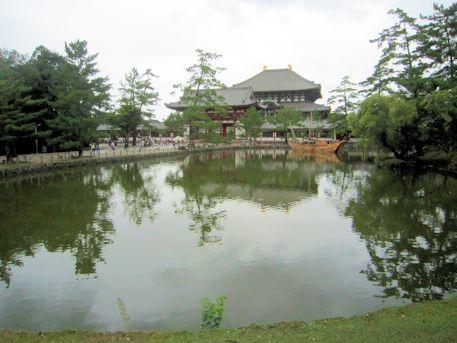 東大寺鏡池に浮かぶ船