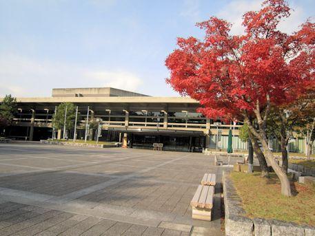 奈良県文化会館と紅葉