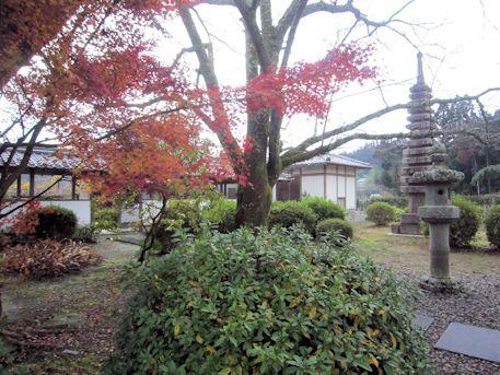 十三重石塔と紅葉