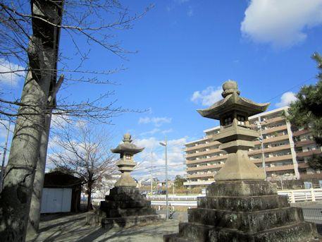 牟佐坐神社の石燈籠