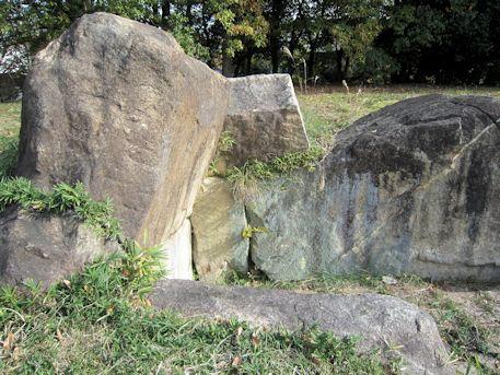 塚穴山古墳の石室奥壁
