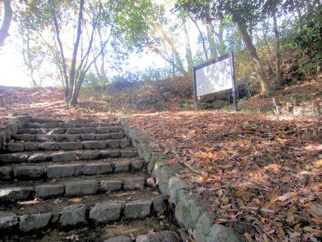 沼山古墳へ続く石段