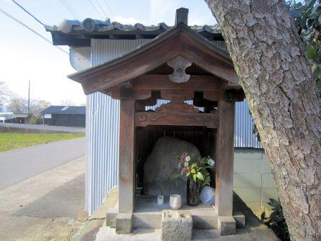 補巌寺前の祠