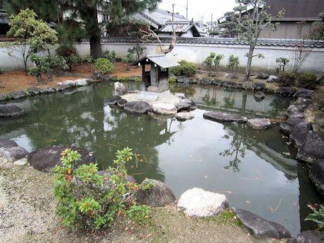 本光明寺の梵字池