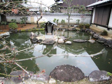 本光明寺のバン字池