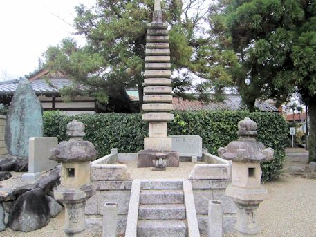 本光明寺の十三重石塔