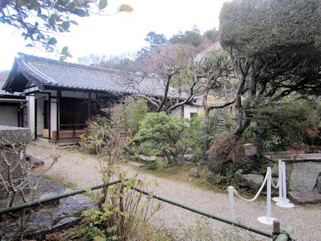 東大寺開山堂の境内