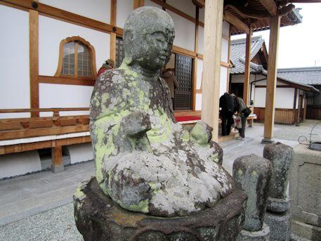 国分寺地蔵石仏と本堂