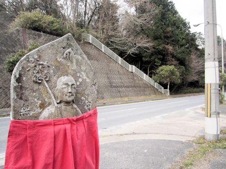 舞谷2号墳前の地蔵石仏