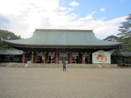 橿原神宮外拝殿と大絵馬