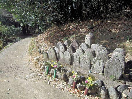 立子塚古墳手前の石仏